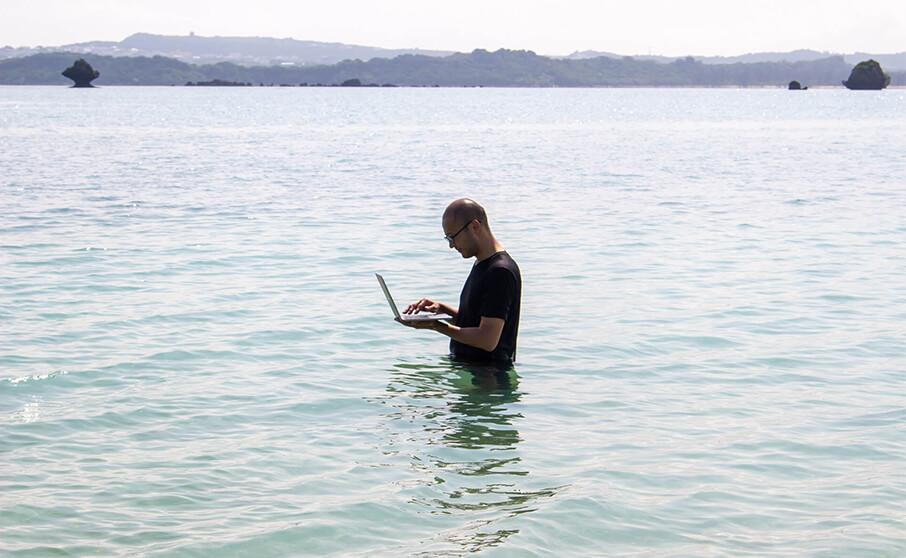 沖縄で依頼したガイドの人は行く先をMacBookで調べる人だった